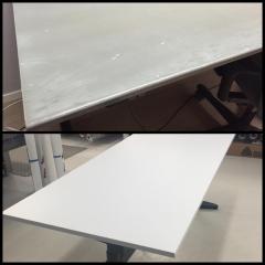 Nött, gammalt, grått skrivbord fick en ny, fräsch, vit laminatyta
