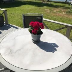 Gammalt glasbord fick en printad vinyl med marmorimitation