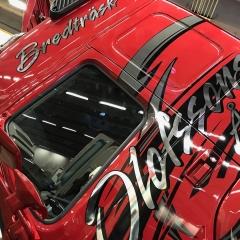 Lastbilsdekor i krom och svart